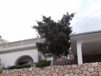 Senj, Starigrad, kuća uz more i vez