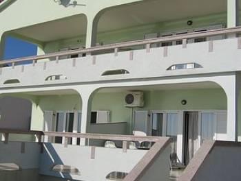 KUĆA, OTOK PAG, 380 m2, P+1, 7 STAMBENIH JEDINICA, GARAŽA, POGODNO ZA TURISTIČKU DJELATLOST