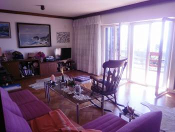Novi Vinodolski, kuća s dva stana, garažom i prekrasnom okućnicom