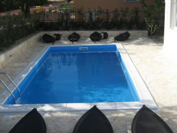 Otok Krk, Čižići, stan s bazenom i okućnicom