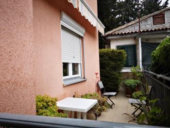 Dalmacija, apartman s terasom i okućnicom, u blizini mora