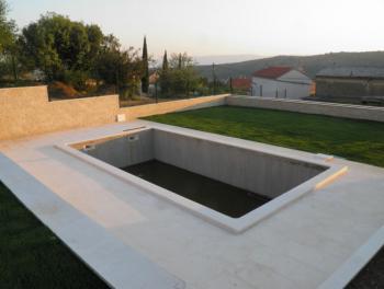 Bribir, uređena kuća s bazenom i velikom okućnicom