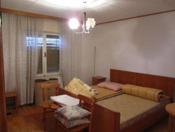 Novi Vinodolski, etaža s okućnicom