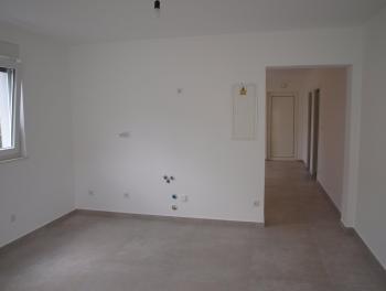 Krk, Čižići, novogradnja, etaža od 85.50m2 s okućnicom