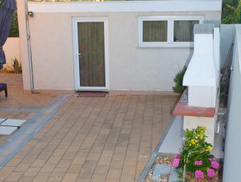 Rab, Banjol, kuća s 6 apartmana i bazenom