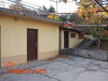 Matulji, kuća od 180m2 s dva stana i velikom okućnicom