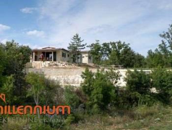 Istra, Svetvinčenat, kamena kuća okružena s 10.000m2 zemljišta