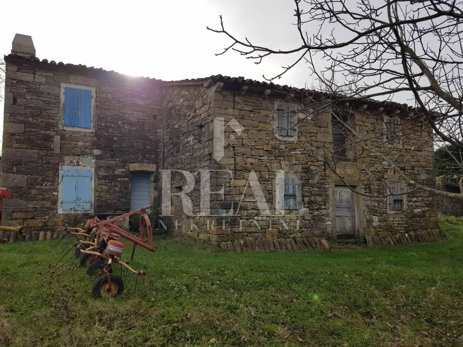 Stara kamena kuća,150 m2,P+1,okućnica 960 m2
