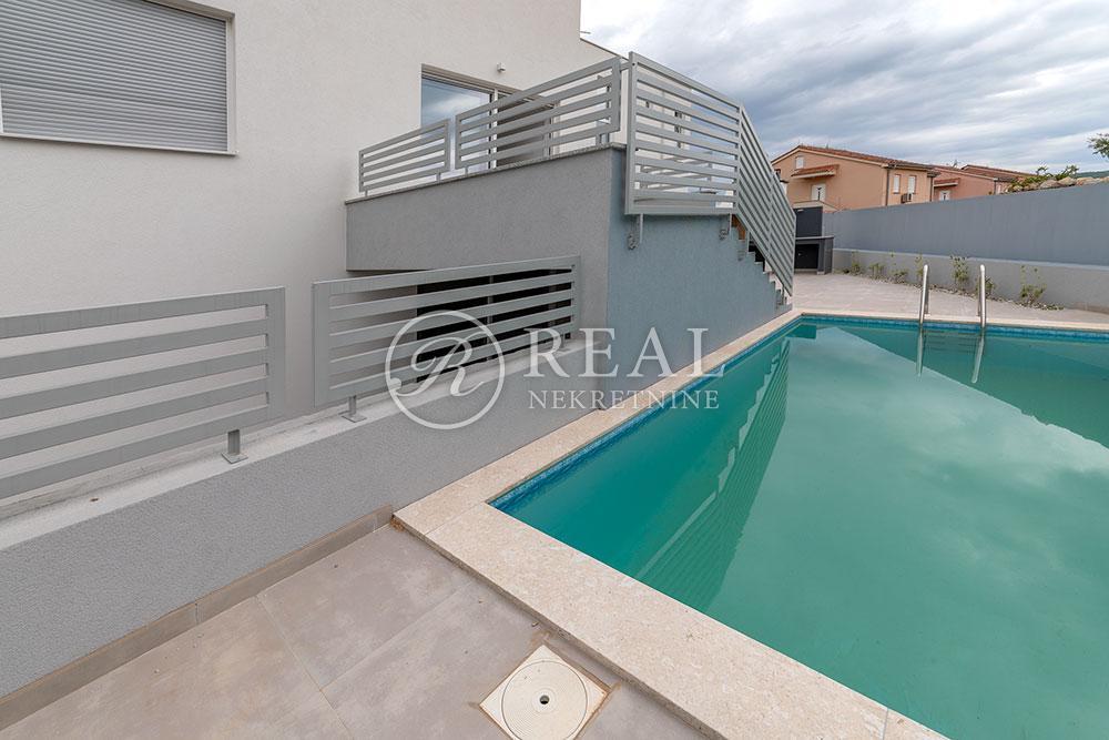 Novogradnja stan 107 m2,bazen,okućnica 203 m2