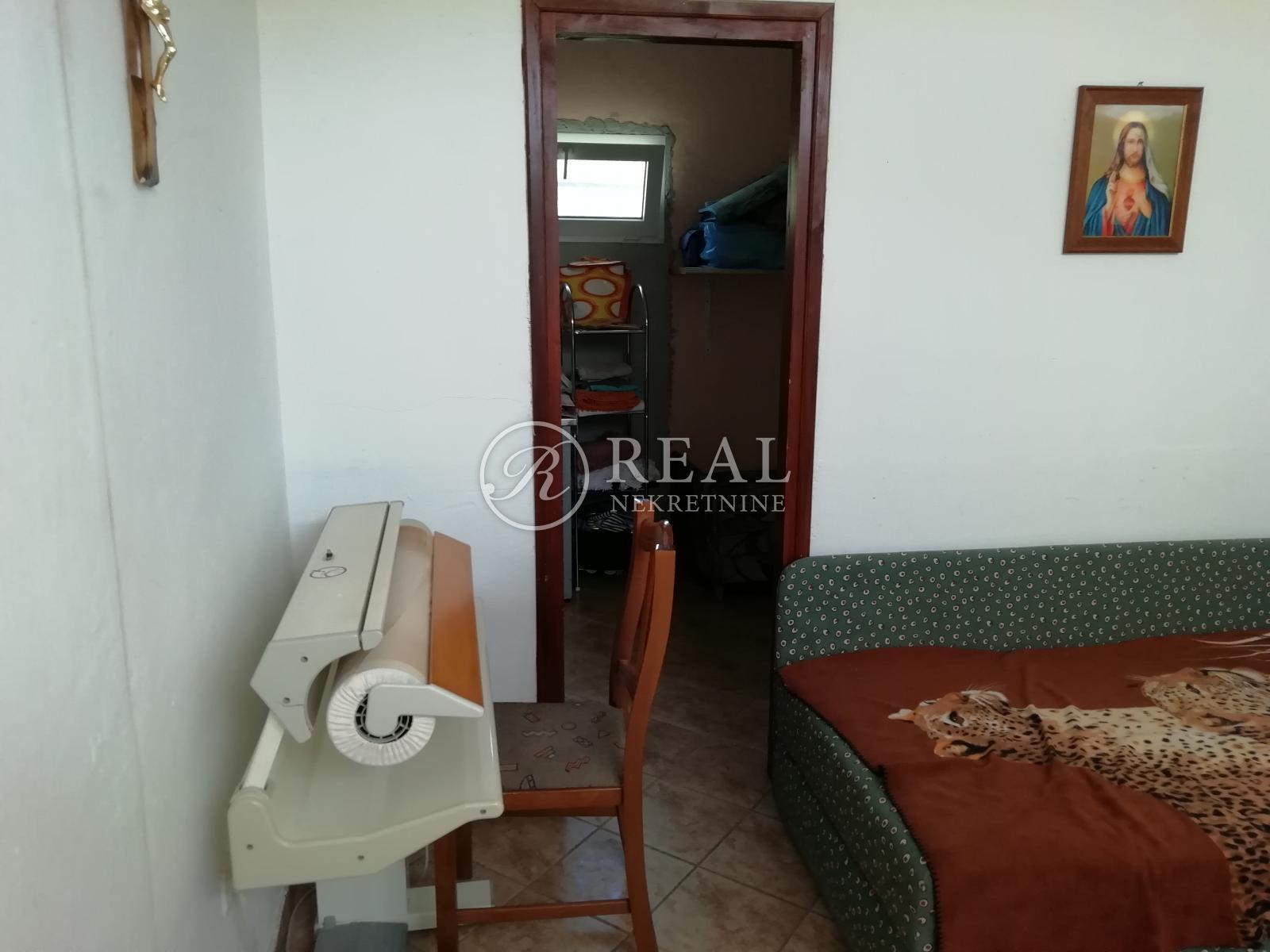 Prodaja kuće u Jadranovu za turističku namjenu ili za dom za starije i nemoćne osobe