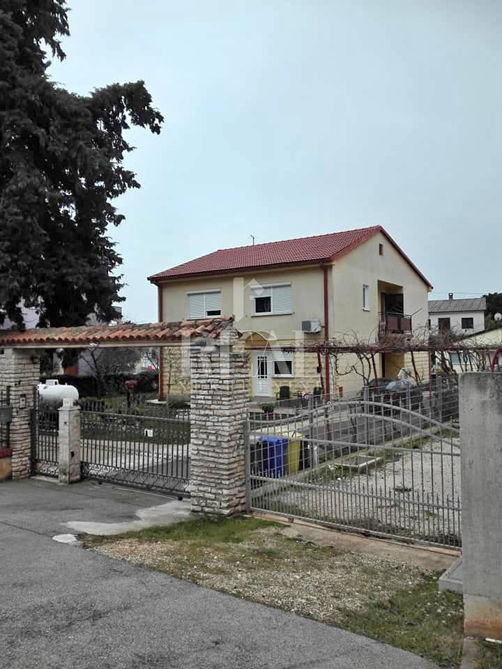 Kuća  P+1, 220 m2, 5 apartmana, Medulin