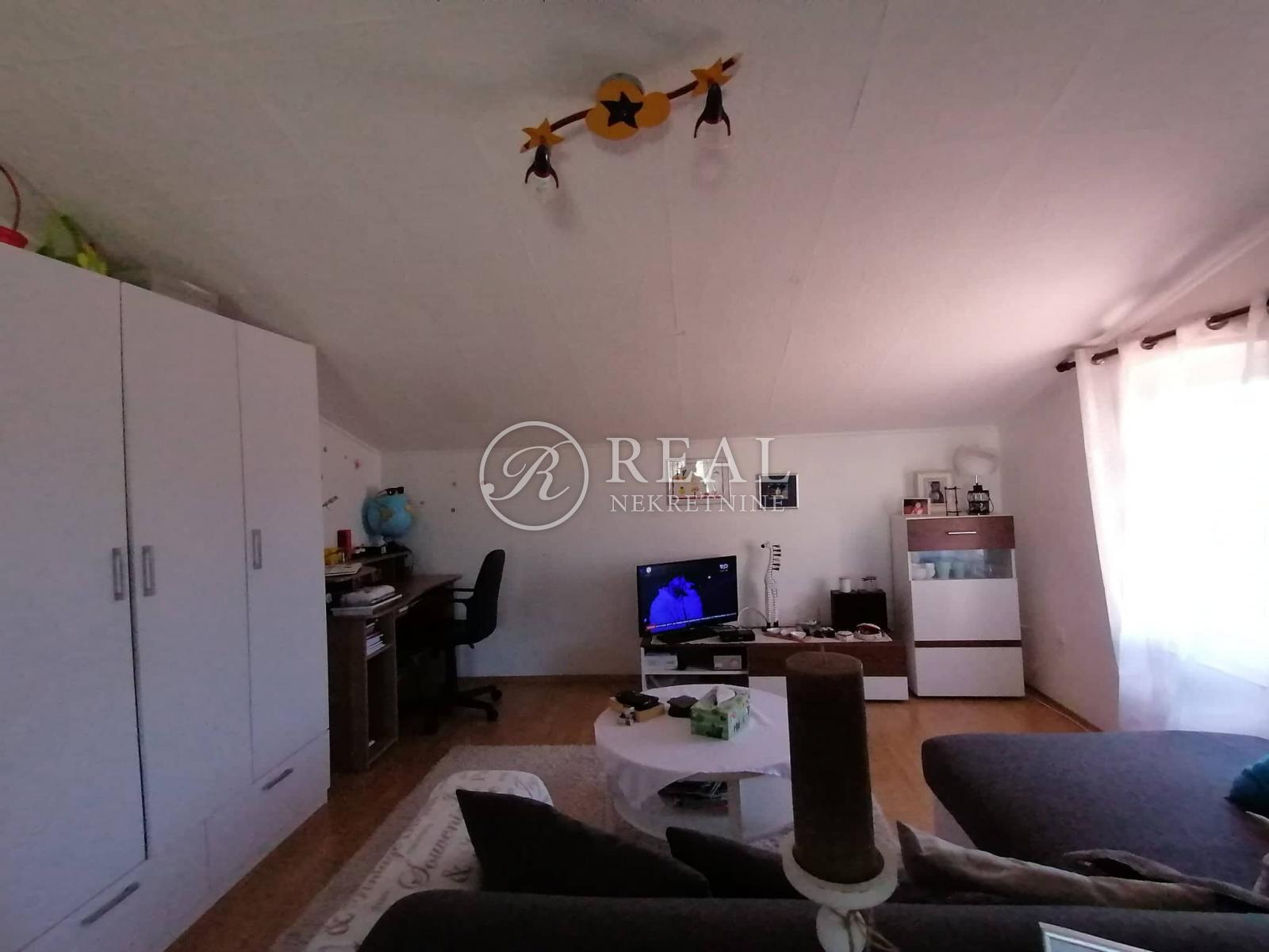 Predivna kuća, 230 m2, prizemlje + kat,Pula