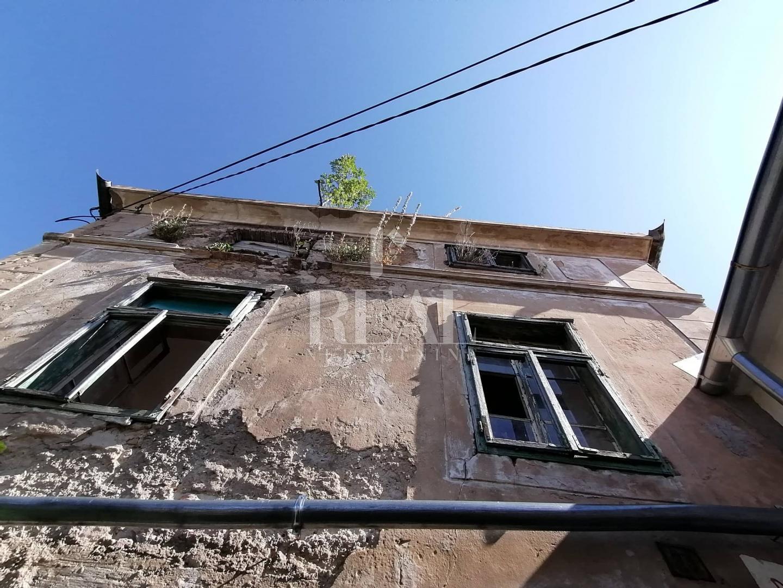 Kuća ruševina + uređen jednosobni stan, 350 m2, Bribir
