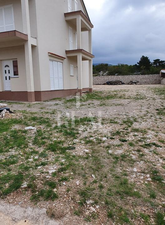 Novosagrađena kuća 270 m2 sa tri stana,800 m2 okućnice ,pogled na more