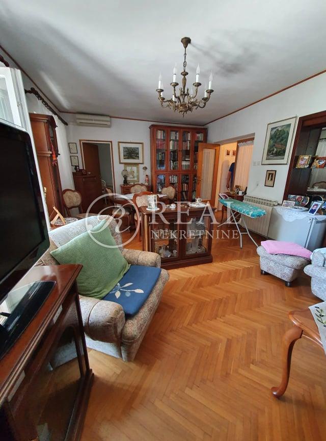 RIJETKOST Prvi red do mora kuća 150 m2,sa 500 m2 okućnice,2 garaže