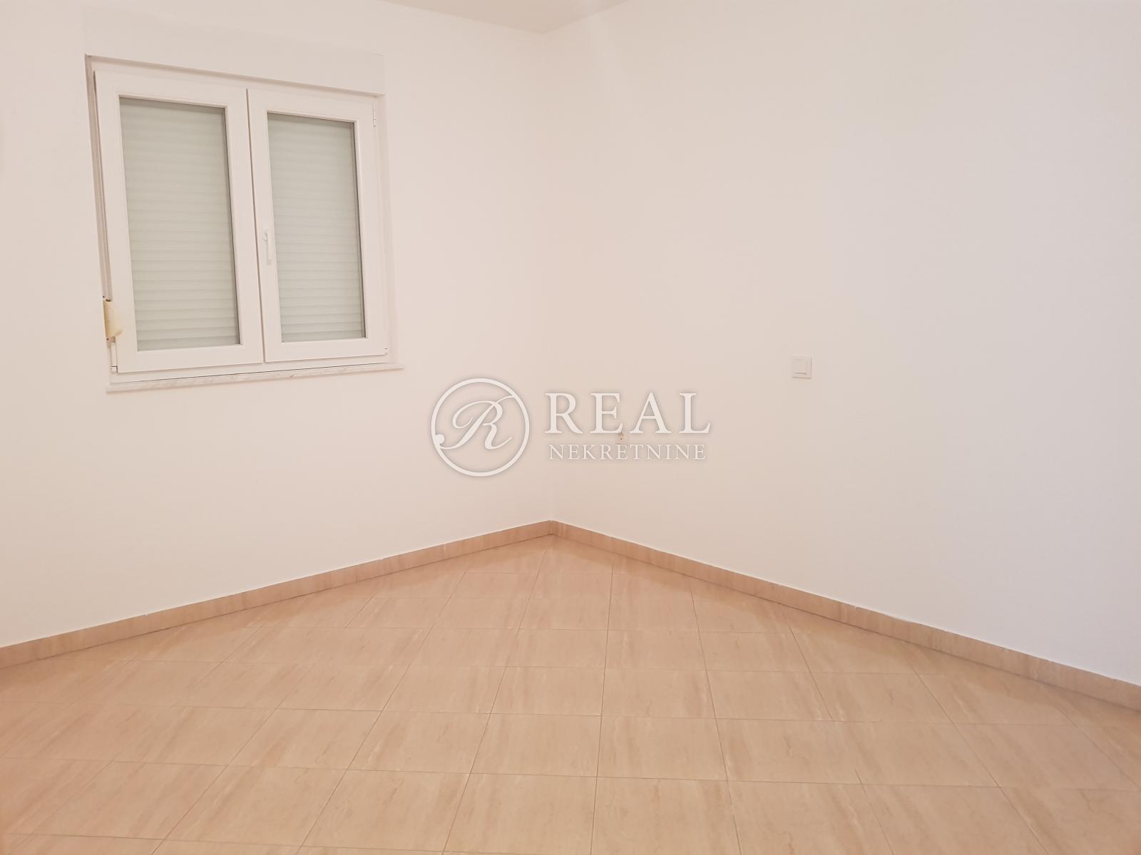 Rab, stan u blizini centra Raba od 80 m2 sa garažom i pripadajućom okućnicom
