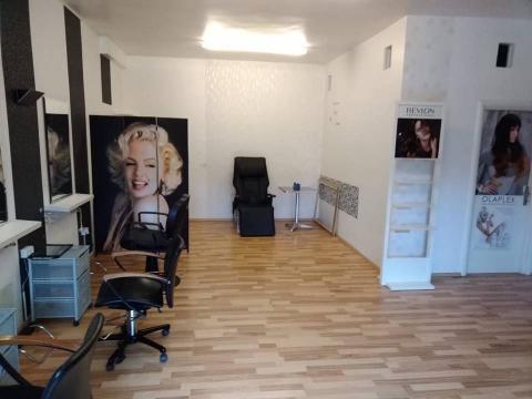 Kompletno uređen frizerski i kozmetički salon na Hostima  60m2