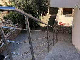 Krk,novije gradnje stan 72 m2,2S+DB,balkon,okućnice u vlasništvu 81 m2