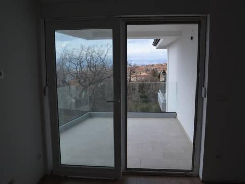 Stan na atraktivnoj lokaciji s pogledom u Omišlju  2S+DB  67M2