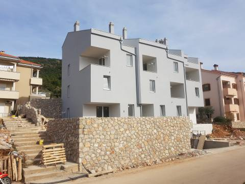 Dvoetažni stan u novogradnji u gradu Cresu 50m2 od mora  98.90 M2  3S+DB
