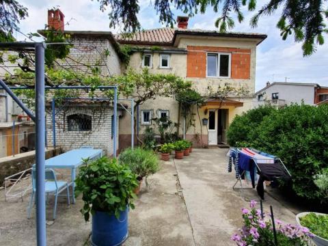 Kuća velikog potencijala 250 m2,P+1,okućnica