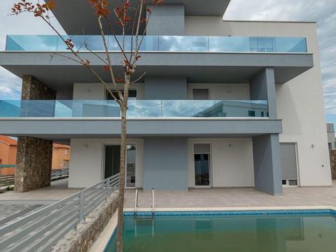 Krk novogradnja stan 107 m2,bazen,okućnica 203 m2