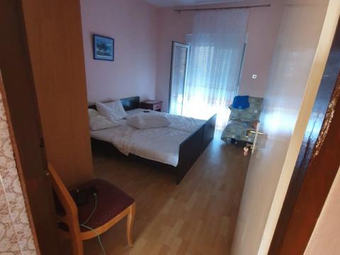 SNIŽENO-Samostojeća kuća sa tri zasebna stana po 110 m2 ,garaža,konoba,okućnica 270 m22