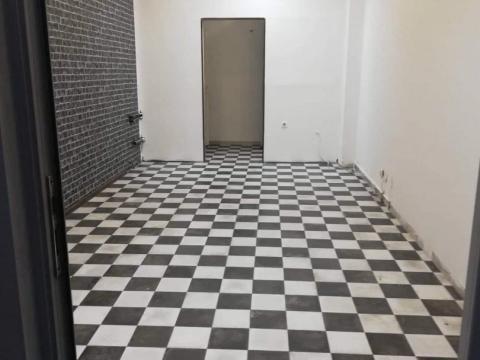 Poslovni prostor u strogom centru 26 m2,stakleni izlog