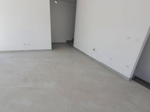 Stan u urbanoj vili površine 106 m2 sa garažom 31 m2,okućnica 180 m2 pogled na more