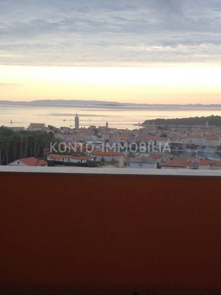SNIŽENA CIJENA! Rab, stan sa predivnom panoramom na stari grad i more!