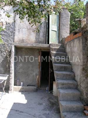 Rab, stara ruševna kamena kuća