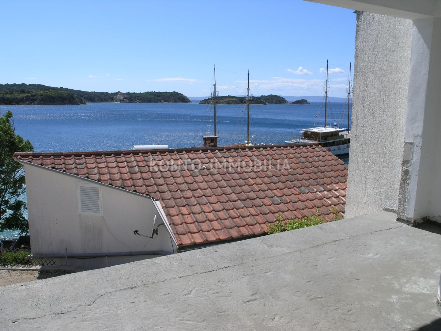 Renovated house just 20 m from the sea and the beach!
