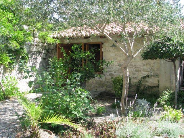 Vrtna kamena kućica