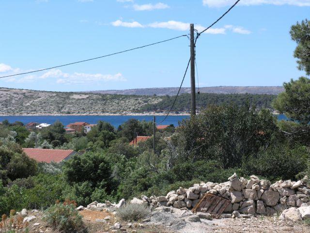 Manje zemljište s gospodarskim objektom u primorskom stilu s pogledom na more!