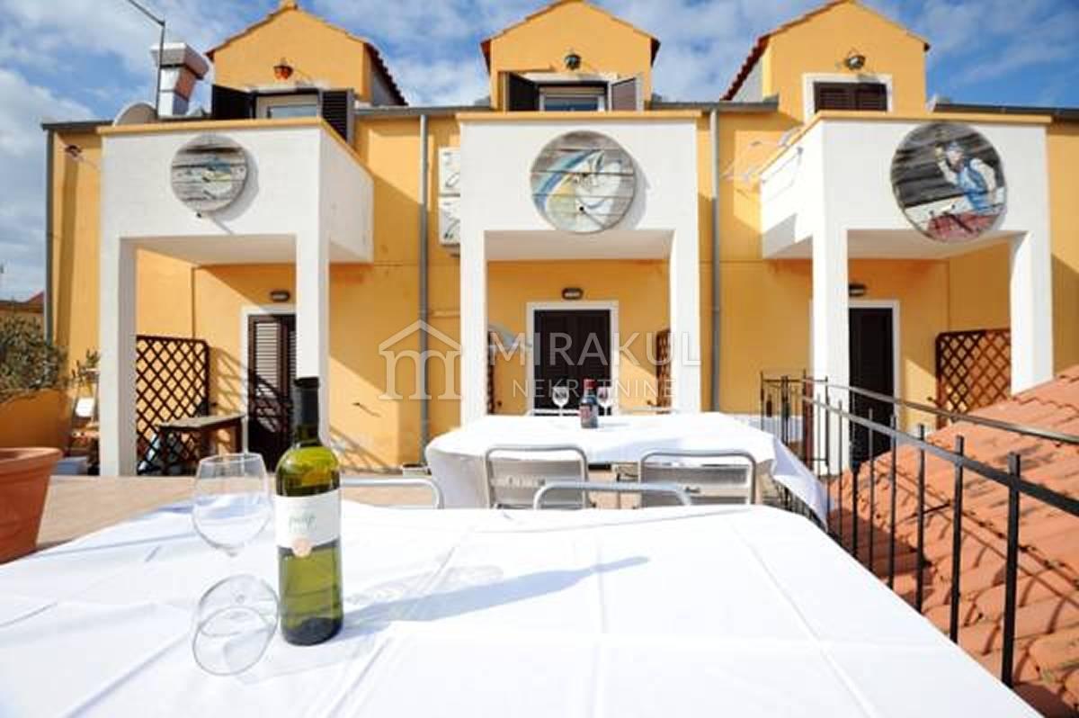 Nekretnine Jezera, Prodaja kuće sa apartmanima i restoranom u prvom redu do mora, KJ-372, Mirakul nekretnine