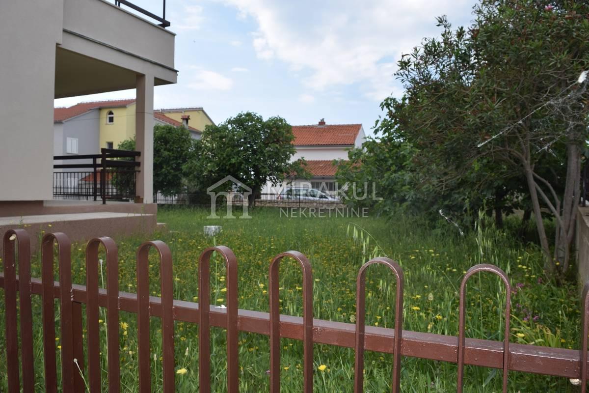 Tribunj, Obiteljska kuća sa velikim vrtom u blizini mora