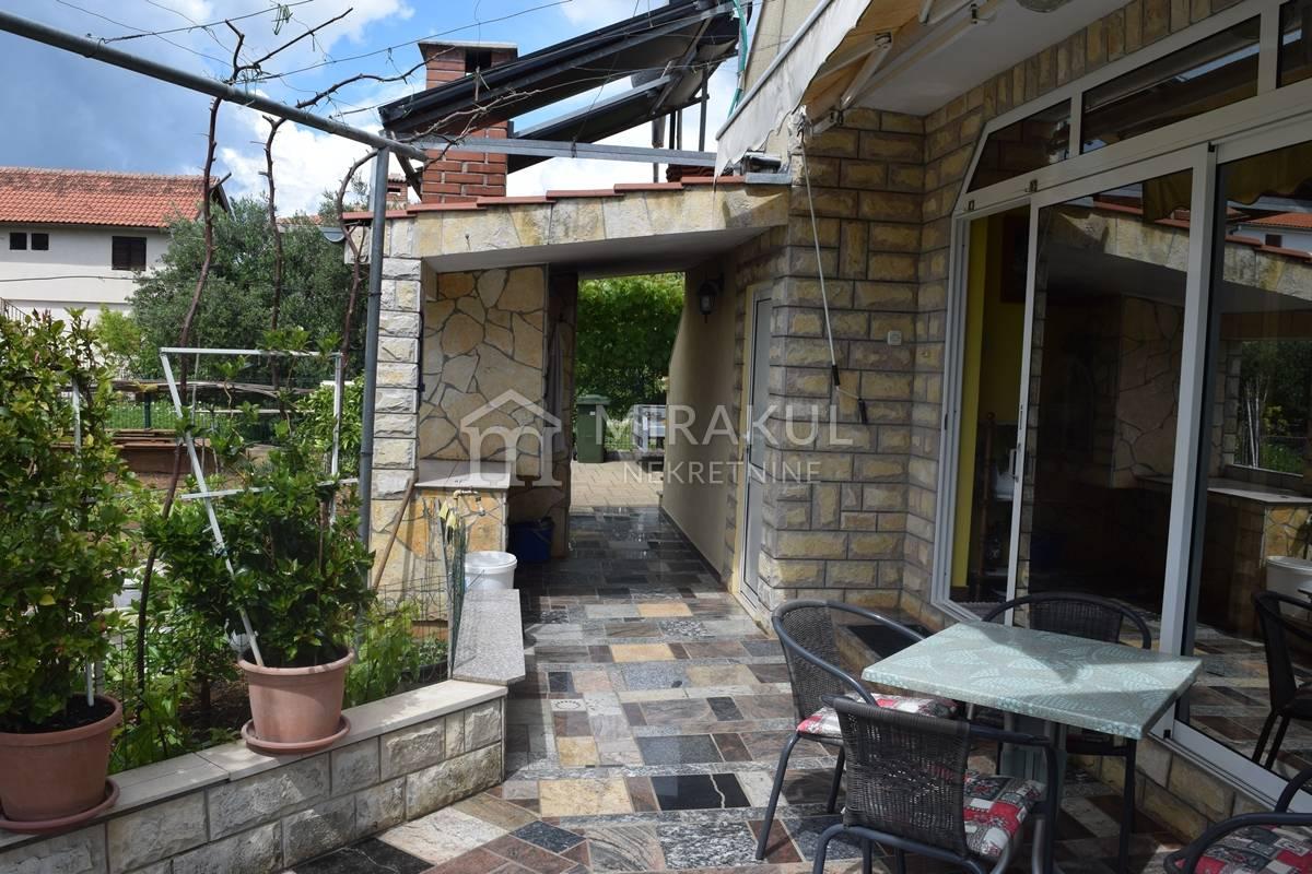 Ingatlan Pirovac Horvátország, ház, Mirakul ingatlaniroda, ID - KP - 418, 3-lakásos ház garázzsal a strand közelében