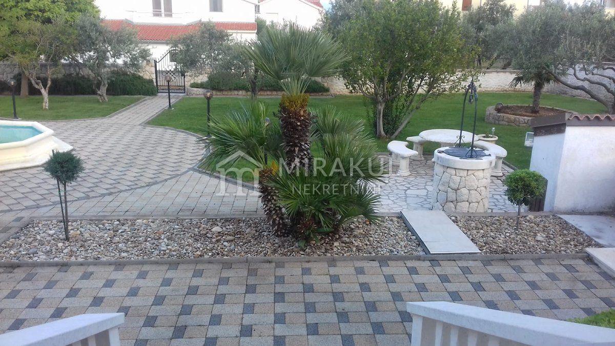 Vodice, Villa medencével és szép udvarral
