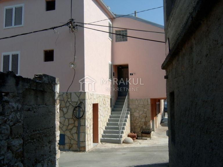 Nekretnine Tisno,  Kuća, Mirakul nekretnine, ID - KT-510, Kuća sa 3 apartmana i krovnom terasom, 2. red do mora 3