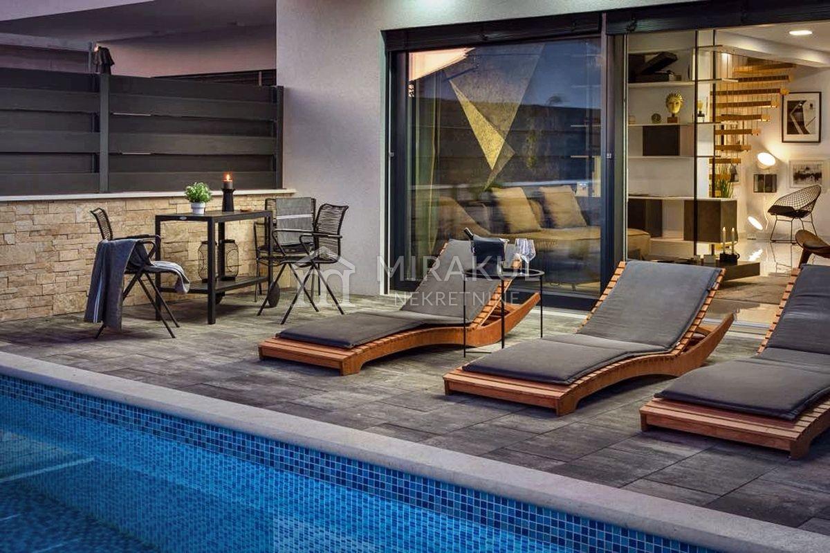 Nekretnine Srima, Ekskluzivni stan sa bazenom u blizini plaže