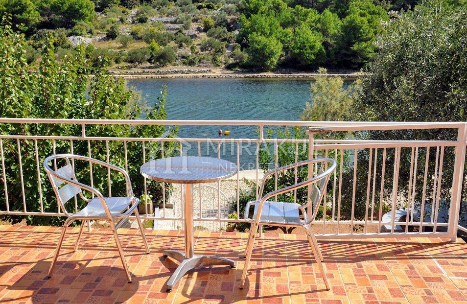 Ingatlan Pirovac Horvátország, ház, Mirakul ingatlaniroda, ID - KP-520, Közvetlen a tengerparton - Ház 3 lakással 4