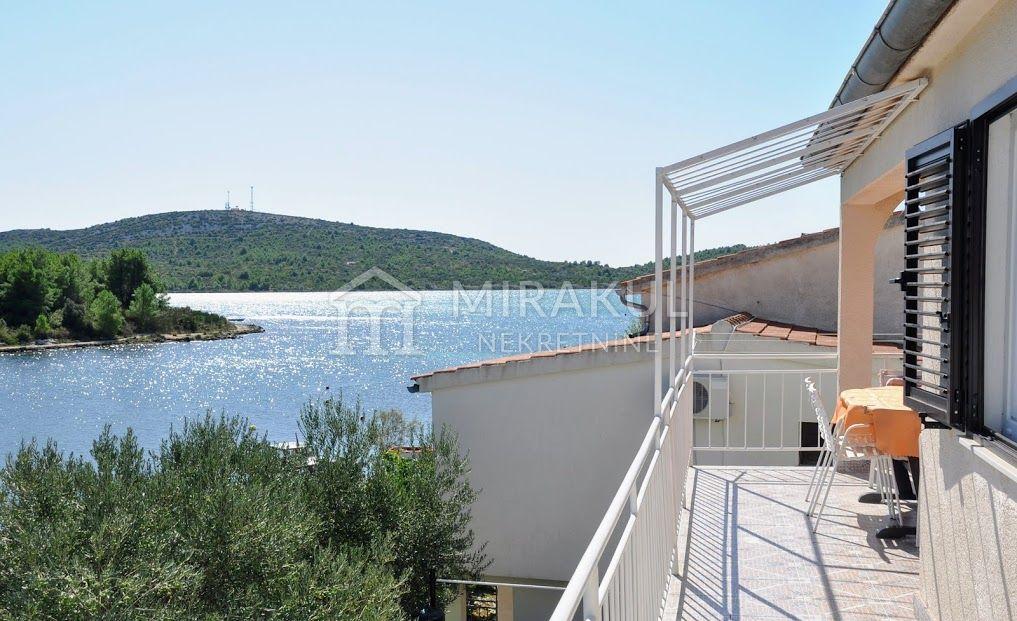 Ingatlan Pirovac Horvátország, ház, Mirakul ingatlaniroda, ID - KP-520, Közvetlen a tengerparton - Ház 3 lakással 5