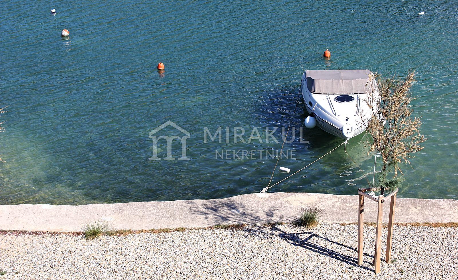 Ingatlan Pirovac Horvátország, ház, Mirakul ingatlaniroda, ID - KP-520, Közvetlen a tengerparton - Ház 3 lakással 8