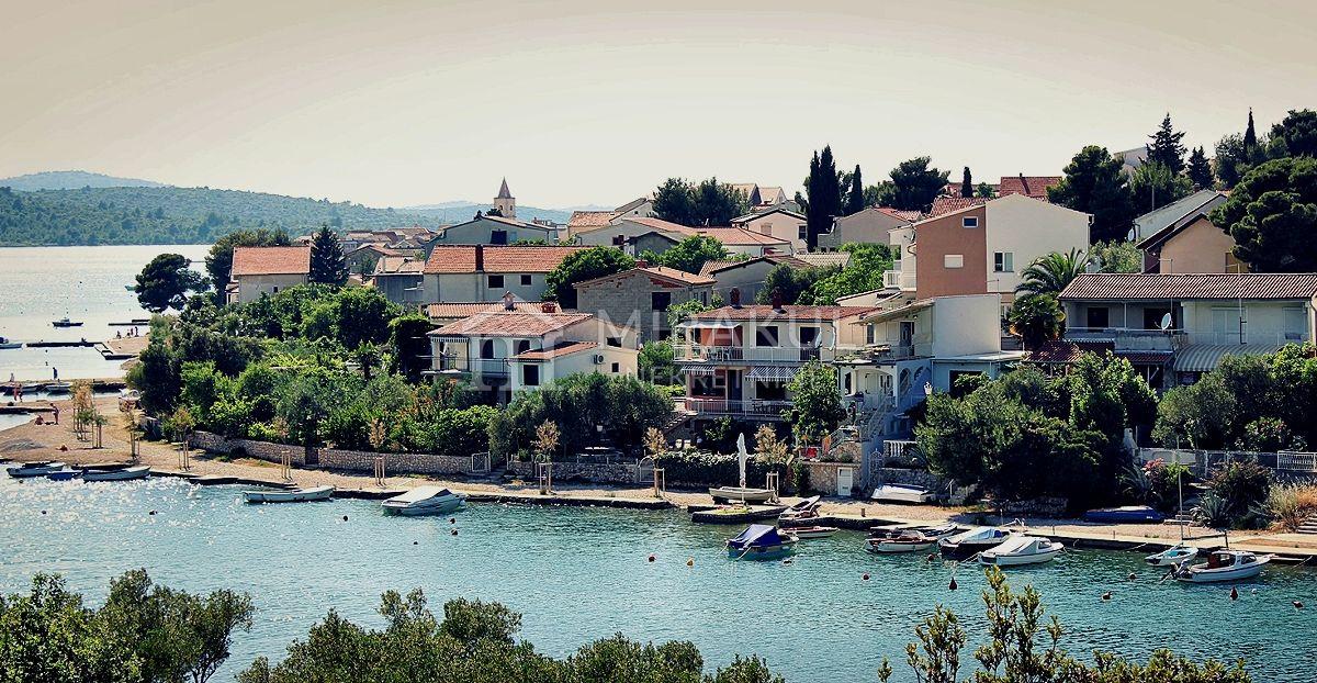 Ingatlan Pirovac Horvátország, ház, Mirakul ingatlaniroda, ID - KP-520, Közvetlen a tengerparton - Ház 3 lakással
