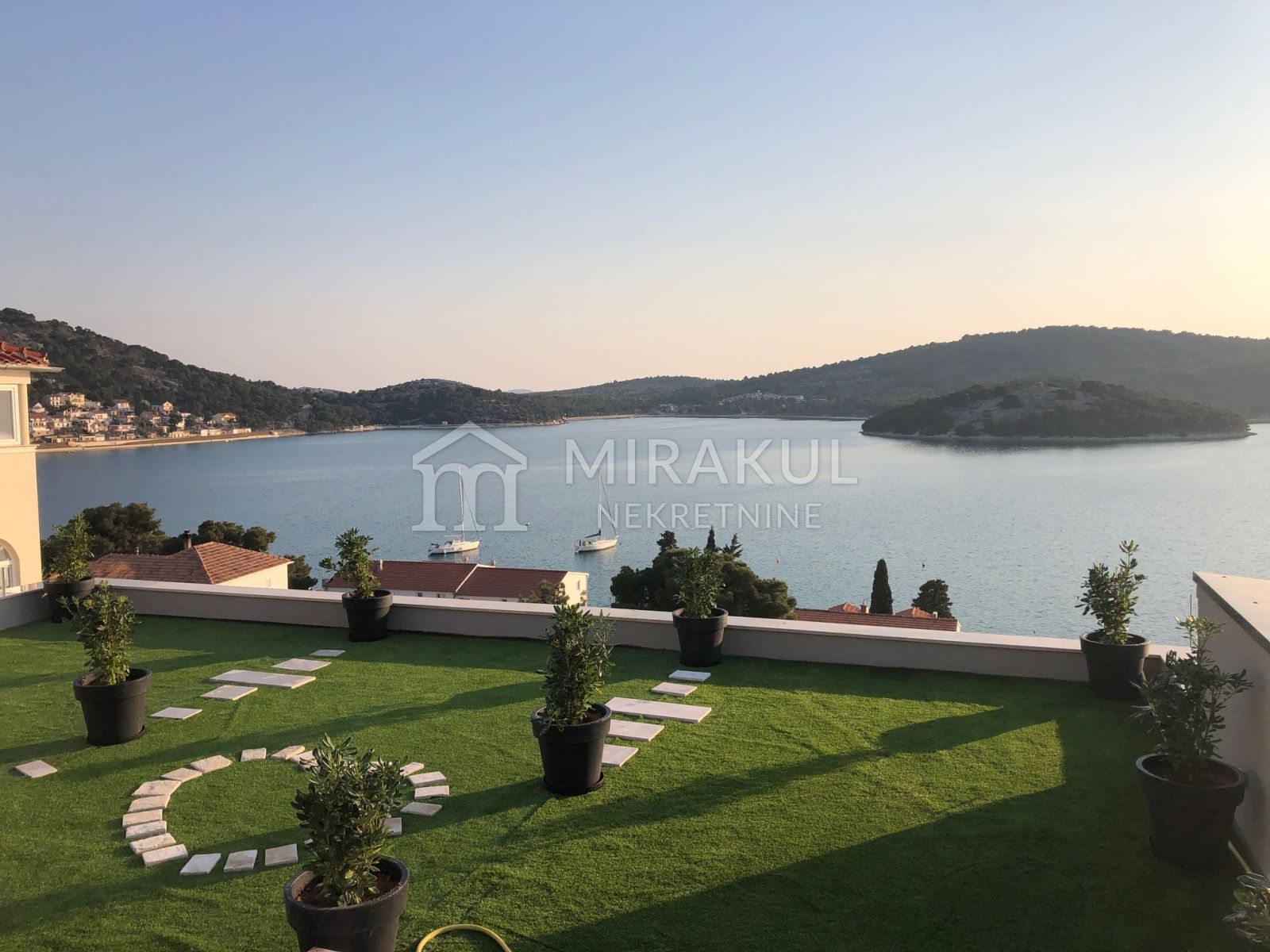 Nekretnine Tisno, Ekskluzivna vila sa panoramskim pogledom i bazenom