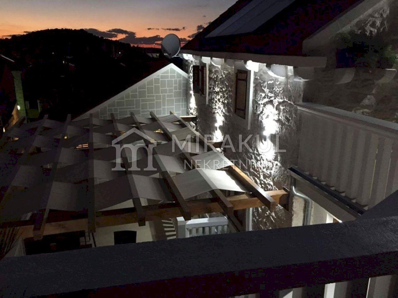 Ingatlan Betina, tradicionális dalmát kőház az óvárosban