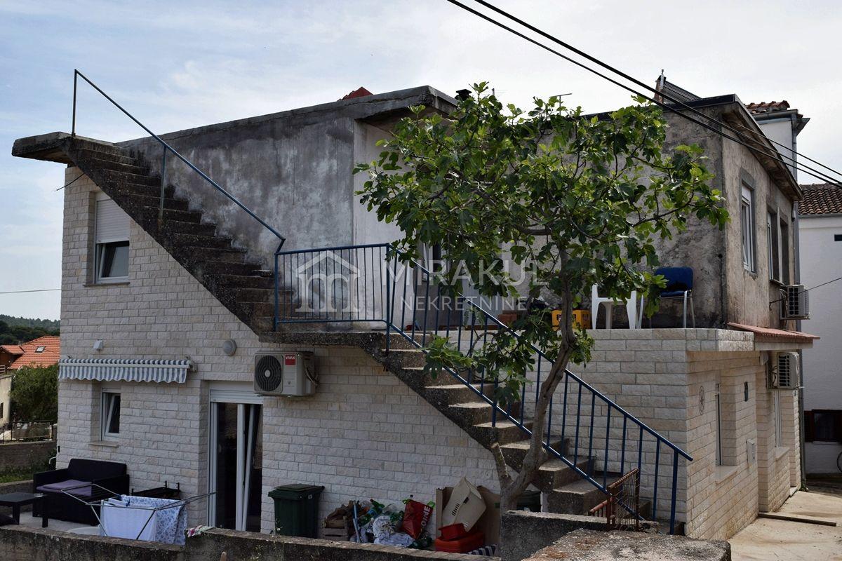 Nekretnine Tisno, Prodaja kuće u centru mjesta, tri stana i pogled na more, u blizini mora, KT-535, Mirakul nekretnine