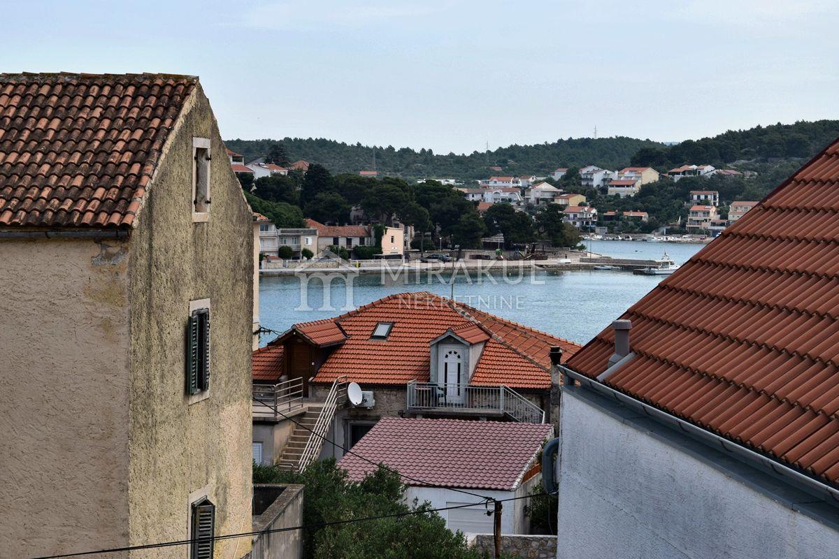 Nekretnine Tisno, Prodaja kuće u centru mjesta, tri stana i pogled na more, u blizini mora, KT-535, Mirakul nekretnine 1