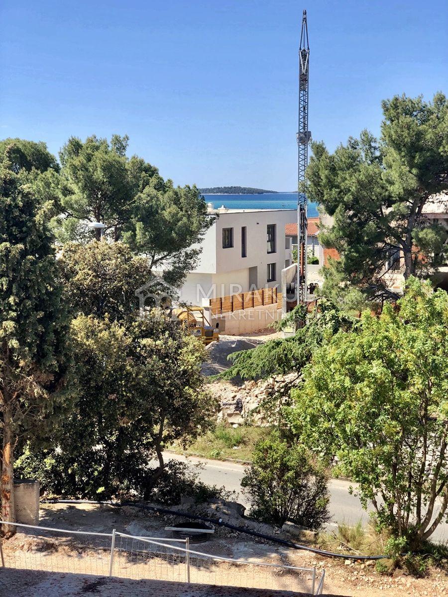 Ingatlan Brodarica, Luxus penthouse néhány percnyire a strandtól
