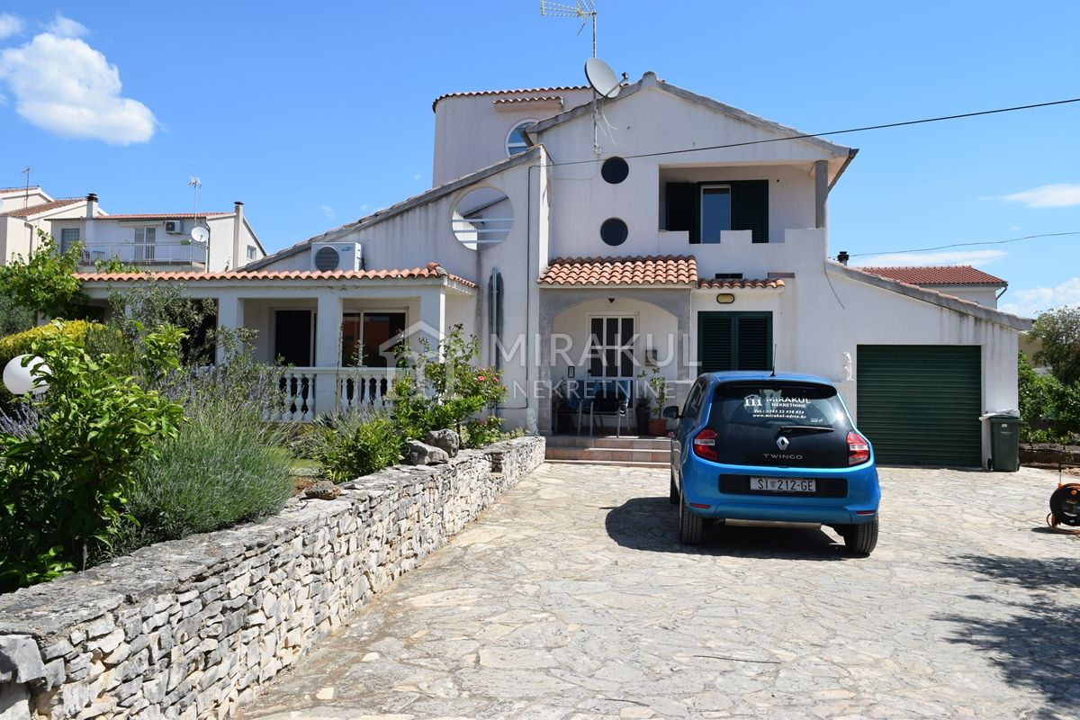 Ingatlan Brodarica, Két ház a tenger és a strand közelében